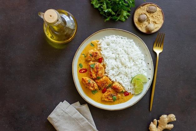 ご飯、ハーブ、ピーマンを添えたチキンティッカマサラカレー。インド料理。郷土料理。