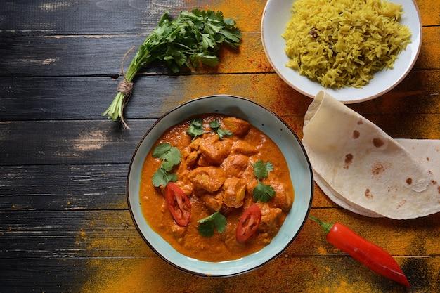 Курица тикка масала - традиционное индийское / британское блюдо. курица с карри, куркума. индийский ужин концепции. азиатская, индийская еда