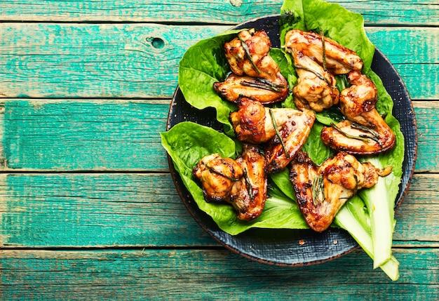 데리야끼 소스에 튀긴 닭 날개. 식욕을 돋우는 닭고기