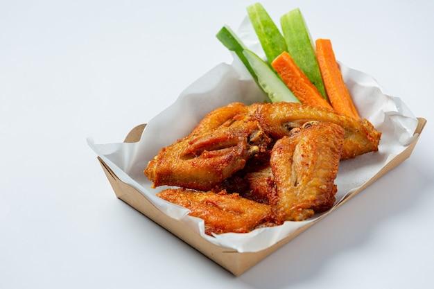 흰색에 종이 상자에 닭 날개