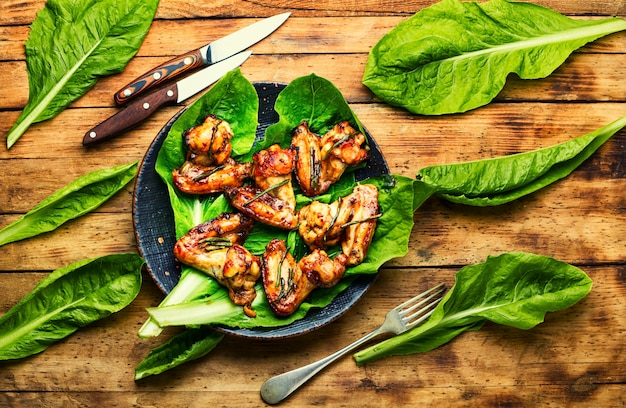 데리야끼 소스에 구운 닭 날개. 접시에 바베큐 닭 날개