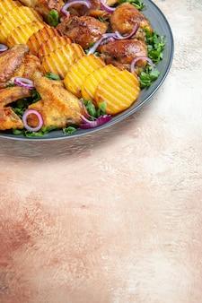닭 날개 식욕을 돋우는 닭 날개 튀김 감자 허브와 양파