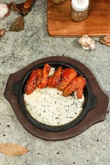 Куриные крылышки с сыром моцарелла и острым соусом