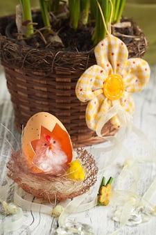 둥지에 달걀 껍질과 치킨