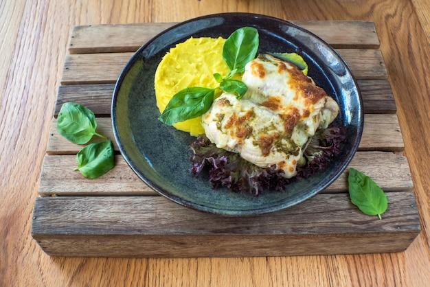 Курица с картофельным пюре и соусом на деревянном