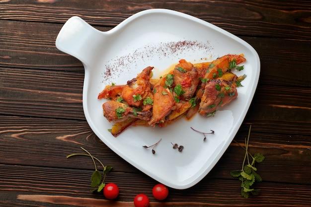 鶏肉、ジャガイモ、トマト、スイートオニオン、コリアンダー、チヒルマチキン