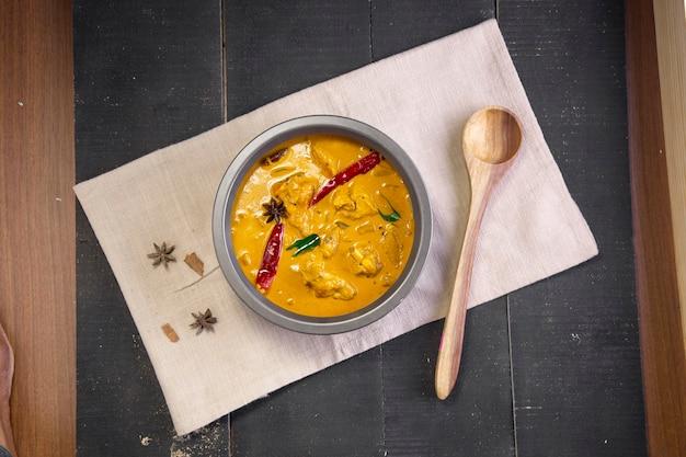 생바나나 카레를 곁들인 치킨 플랜틴 매운 치킨과 그린 바나나를 곁들인 더 맛있는 인도 요리