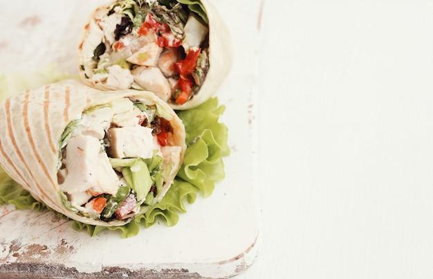 Обертка из курицы с листьями салата и помидорами
