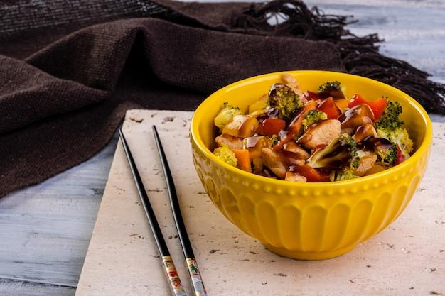 노란색 그릇에 치킨 야키소바입니다.