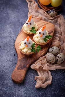 계란에서 닭. 파티를위한 부활절 전채