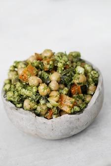 Салат из нута и авокадо