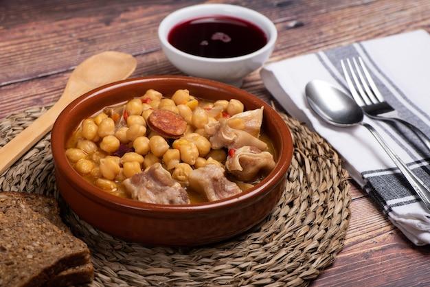 돼지 귀와 야채로 조리 한 병아리 콩 요리 프리미엄 사진