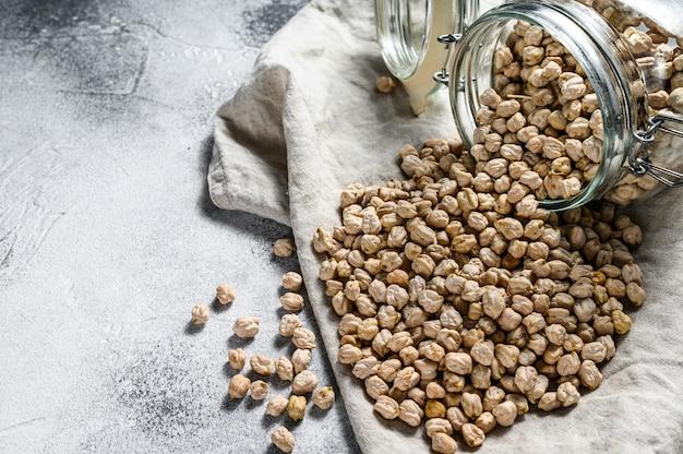 ひよこ豆。健康的なベジタリアン料理。灰色の背景。上面図