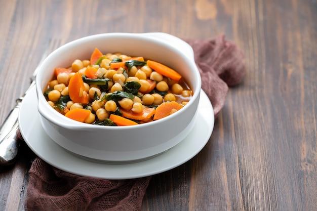 당근, 갈색에 흰색 그릇에 시금치와 병아리 콩