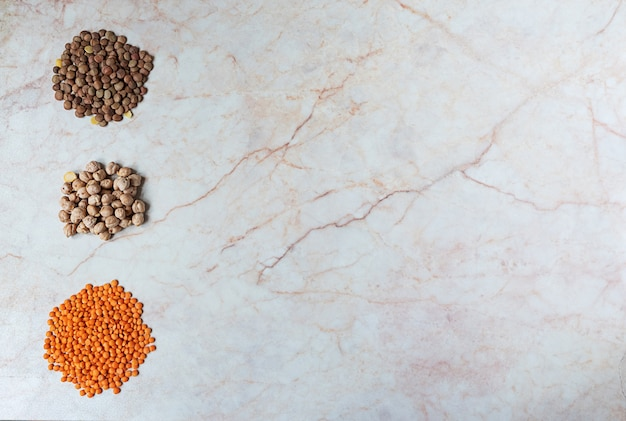 ひよこ豆と大理石の背景に2種類のレンズ豆