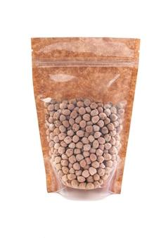 갈색 종이 가방에 병아리콩입니다. 벌크 제품용 플라스틱 창이 있는 doy-pack. 확대. 흰색 배경. 외딴.