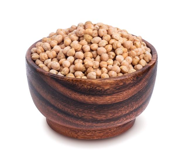 白い背景で隔離の木製のボウルにひよこ豆。