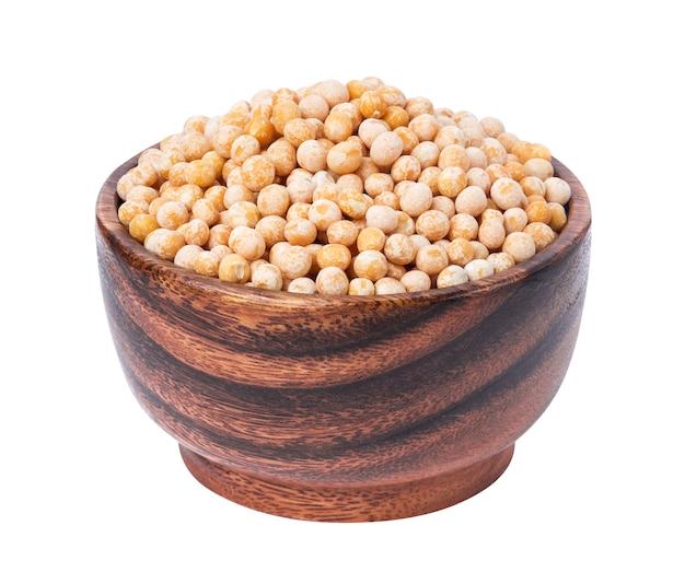 白で隔離される木製のボウルにひよこ豆。