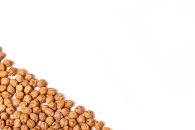 ひよこ豆はコピースペースと白い背景で隔離されました。
