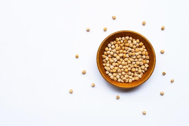 白い背景のひよこ豆。上面図