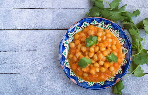 Тушеный в томатном соусе нут