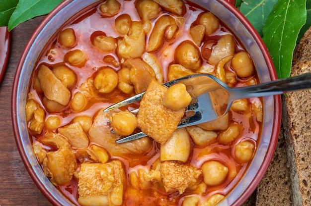 土鍋で胃袋とひよこ豆。空中(上面)ビュー。