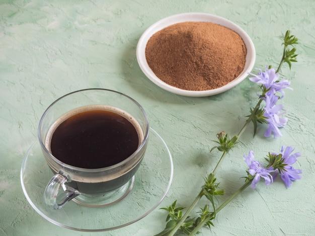 チコリコーヒー。伝統的なコーヒーの代替品、チコリのルーツからのハーブドリンク