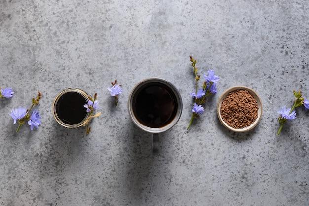 チコリドリンクと花。健康的なハーブ飲料、コーヒー代用品。上面図。
