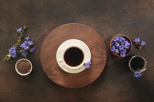 Напиток цикория и цветы. здоровый травяной напиток, заменитель кофе.