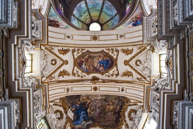 キュポラとパレルモの教会ラchiesa del gesuまたはカーサprofessaの天井