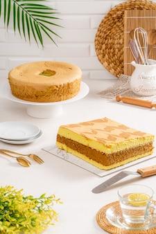 シフォンケーキは、油を塗っていないチューブパンの中央に特徴的な穴が開いた非常に軽いケーキです。