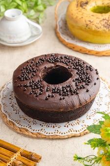 油を塗っていないチューブパンの中央に特徴的な穴のあるシフォンケーキ。