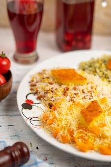 Chigirtma plov、ライスに野菜とハーブを添えて。