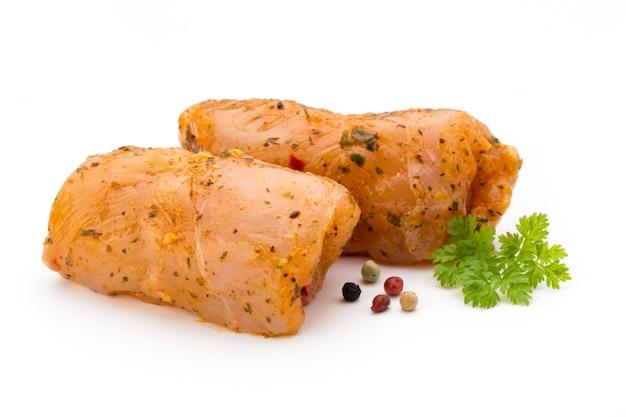 Куриные мясные рулеты изолированные изолированные