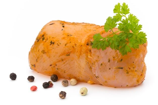 Рулетики из мяса курицы, изолированные на белом фоне.