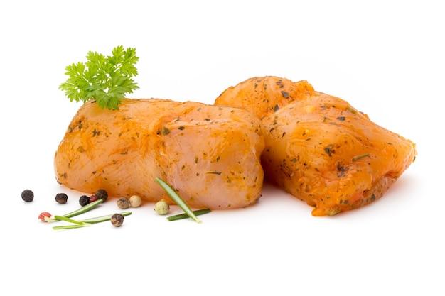 Рулетики из мяса курицы, изолированные на белом фоне. Premium Фотографии