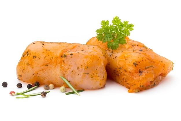 Рулетики из мяса курицы, изолированные на белом.