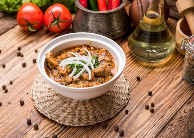 Chikhirtma-伝統的なグルジアのスープ。豊富なチキンスープで作られた
