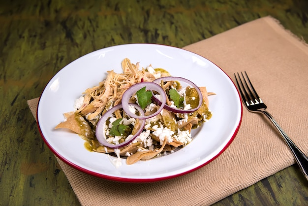Chilaquiles в белой тарелке - мексиканская еда
