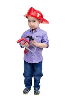 手におもちゃの構築ツールを持つ2〜3歳の子供。