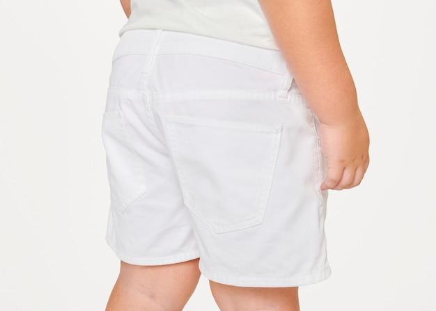 子供のシンプルな無地の白いショーツ