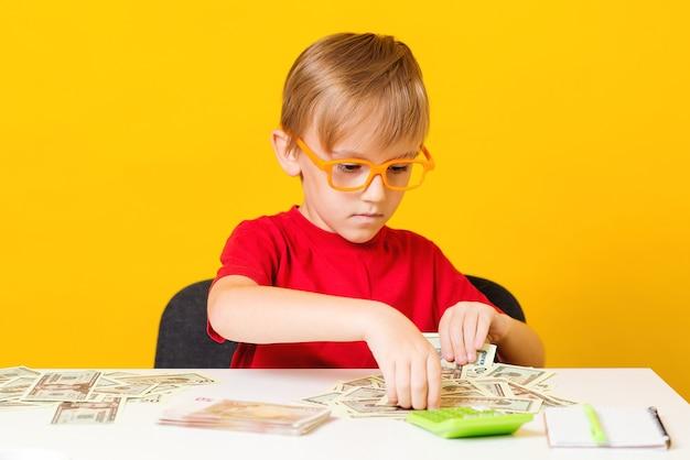 Ребенок считает свои деньги. деньги на будущее образование.