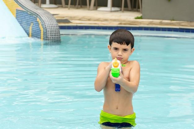 水鉄砲を正面に向ける子供
