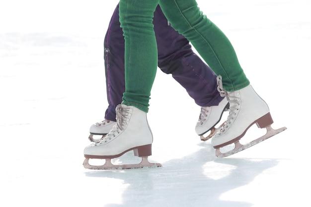 아이스 링크에서 어린이와 성인 스케이트. 휴가 취미 및 스포츠