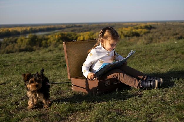 Ребенок и собака на открытом воздухе длинный вид