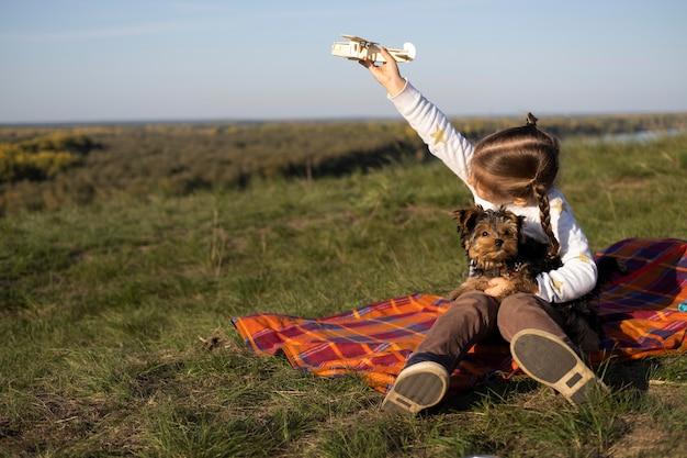 Ребенок и собака, играя на открытом воздухе