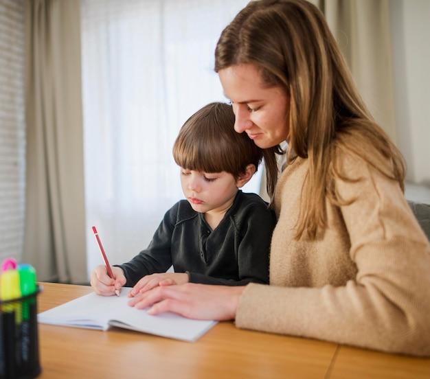 自宅で子供と女性の家庭教師