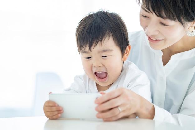 스마트폰 화면에 열광하는 아이와 엄마