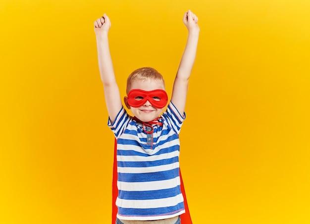 Ребенок как супергерой с поднятыми руками