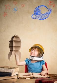 골 판지 장난감 로켓 어린이 우주 비행사 집에서 노는 아이 지구의 날 개념